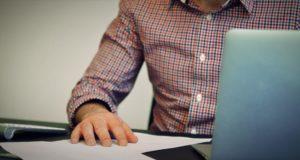 Schreibtisch Laptop mit Notizen