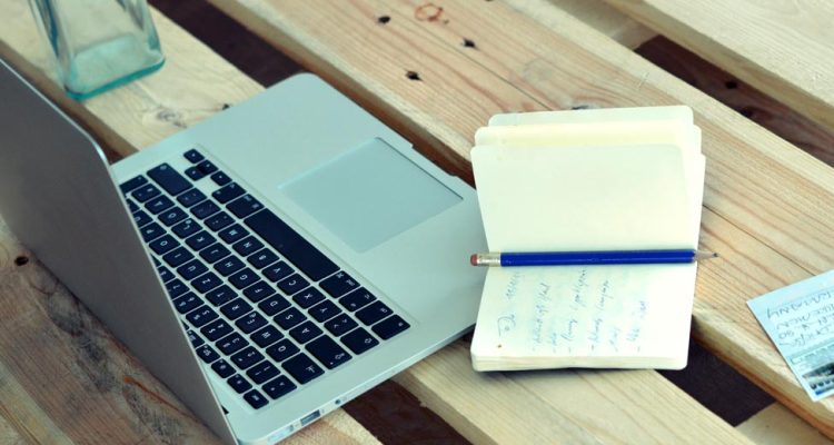 Laptop mit Notizblock - Filmemacher Communitys